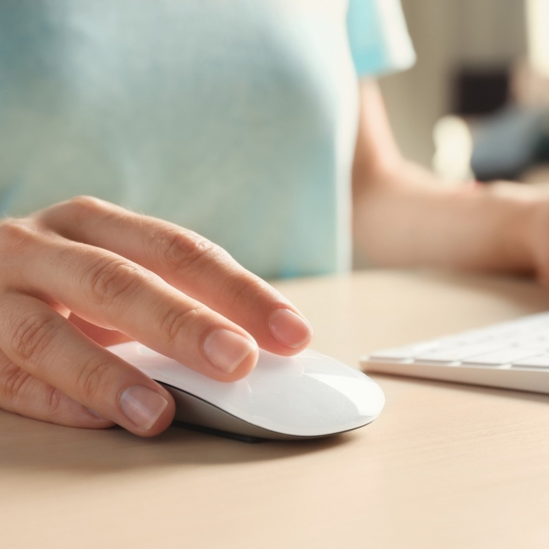 woman-using-computer-mouse